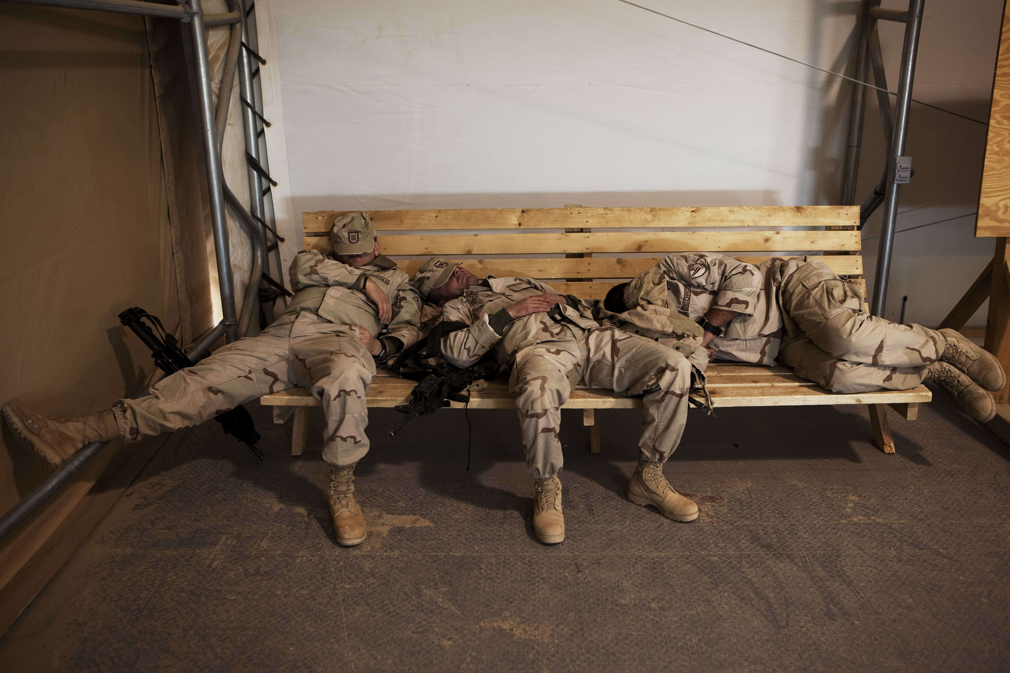 Солдатики отдыхают с девкой 1 фотография