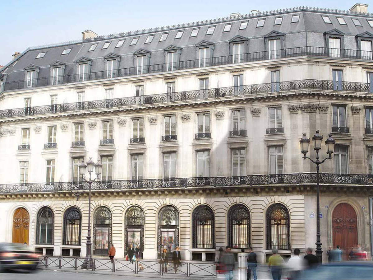 The Westin Paris-Vendôme is a landmark hotel that is located in Paris' 1st arrondissement, just steps away from the prestigious Place Vendôme and Rue du Faubourg Saint-Honoré, and overlooking the world famous Louvre Museum, as well as the Tuileries Garden and the River Seine.
