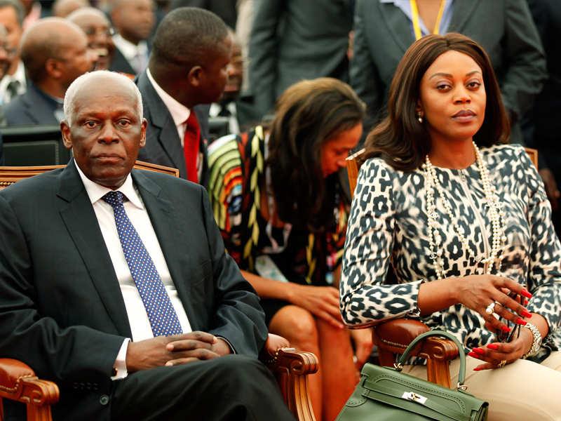 Angolský prezident s manželkou a dcerou v pozadí