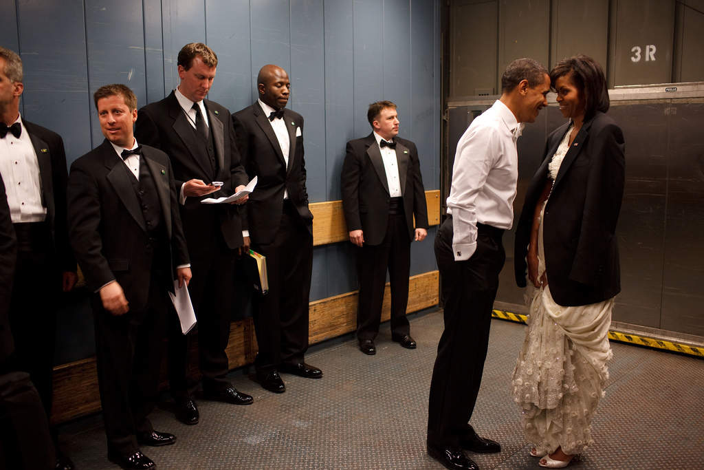 Secret Service agents avert their eyes as the Obamas share a private ...