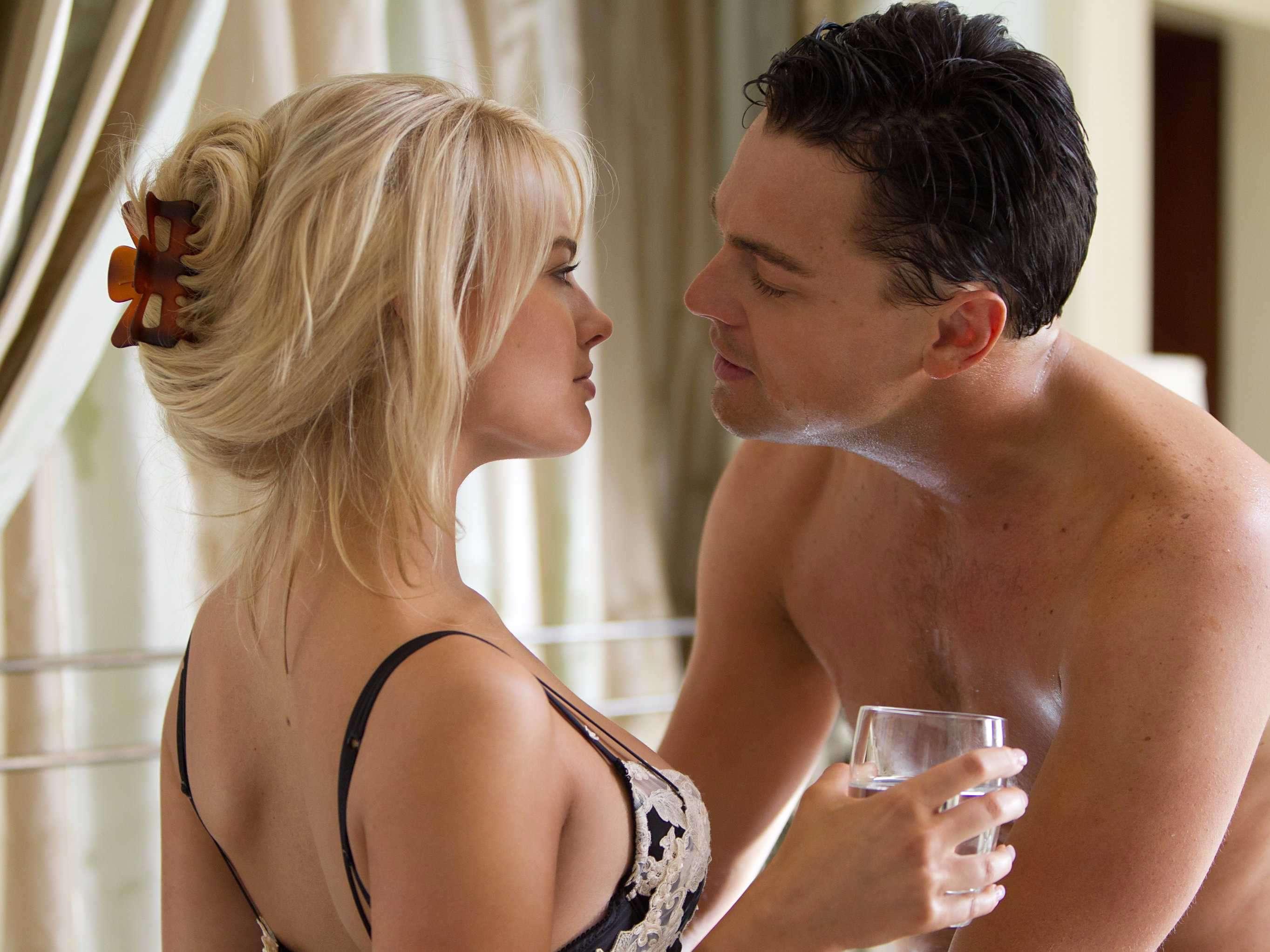 Сексуальная блондинка и муж подкаблучник