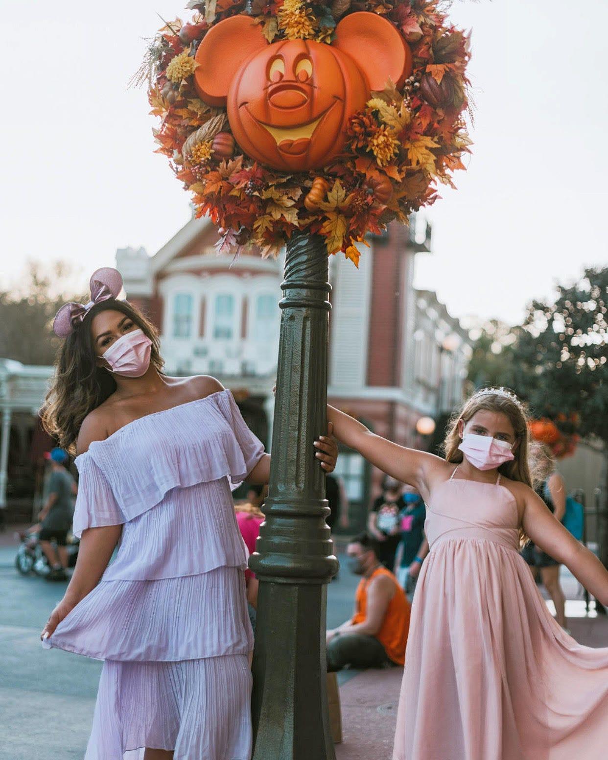 Un étudiant est payé pour visiter Disney World en tant que nounou de parc à thème.  Voici à quoi ressemble son travail.