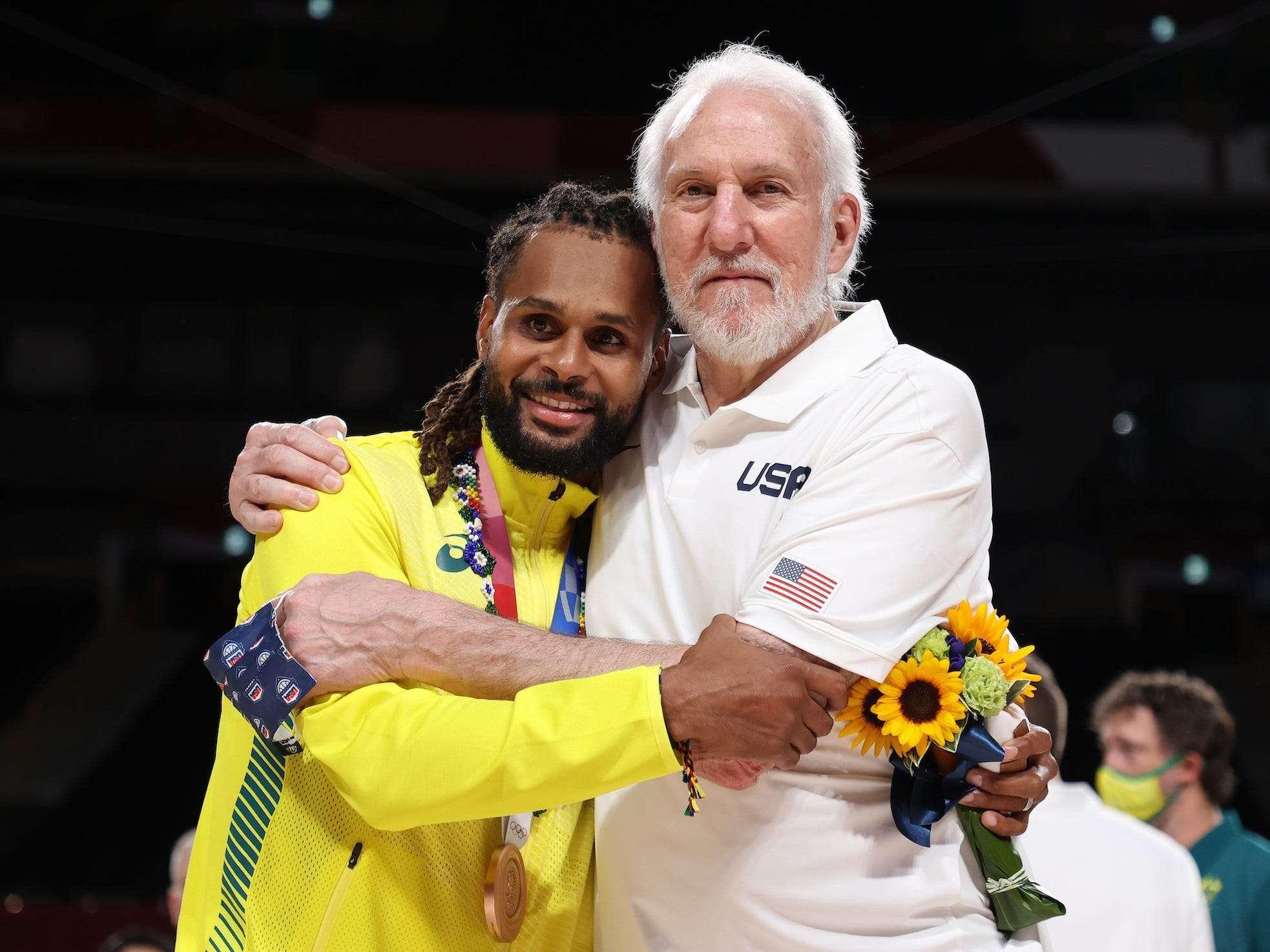 Greg Popovich je na olimpijski bronasti medalji pil vino in se prijetno fotografiral z medaljenim trpečim Spurjem