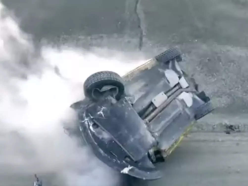 В результате ужасной аварии на российском ралли автомобиль 7 раз перевернулся в воздухе, прежде чем разбился о бок.