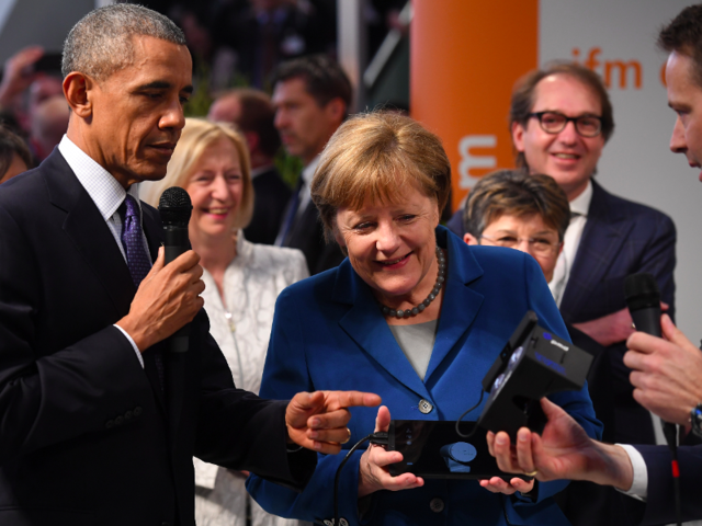 f809305a970f PHOTOS  Barack Obama geeked out with a virtual reality headset in Germany