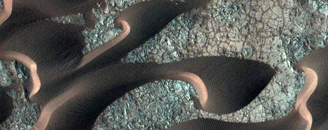 As mesmas dunas de areia na íntegra alguns meses depois.