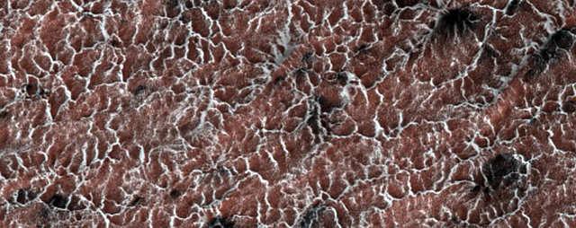 """""""Aranhas"""" são erupções de poeira causadas pela maneira como a superfície marciana aquece e esfria."""