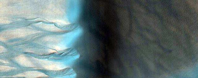A coloração falsa dessa imagem faz com que uma duna gigante e suas ravinas pareçam azuis.