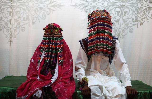 Deep reds, pinks, and purples are the colors of choice for a Pakistani bride. Some couples will place garlands around each other as a symbol of love and acceptance.