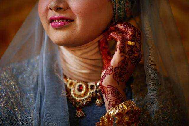 Three days before an Indonesian woman ties the knot, she may have her nails, hands, and feet painted with birds and flowers in henna.
