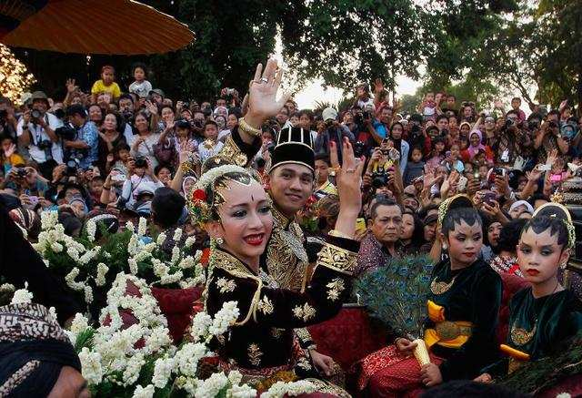 Some 8,000 inhabited islands make up Indonesia, and the fashion varies by region. Most brides dress in vibrant colors with heavy embroidery.