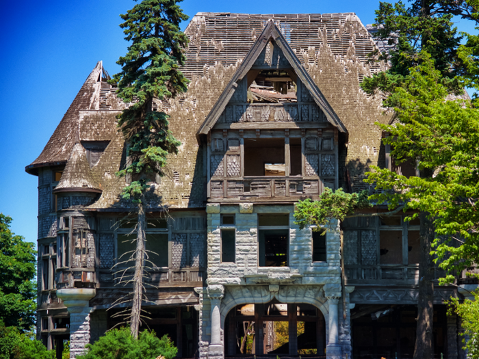 The Carleton Island Villa, a dilapidated mansion that sits on an island in Cape Vincent, New York, hasn't been inhabited for 70 years.