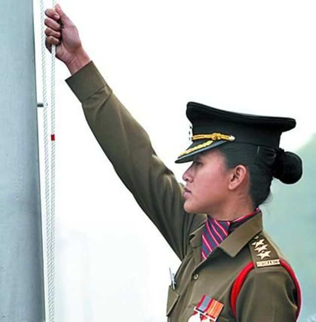 ​A young women officer unfurled the tricolour